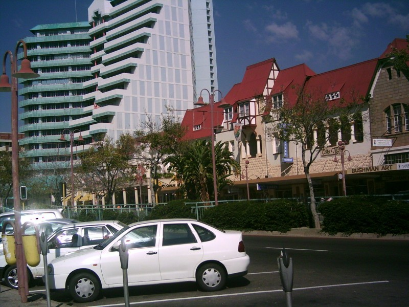 Deutsche Fachwerkbauten vs. Moderne Hoteltürme, Auswandern nach Namibia